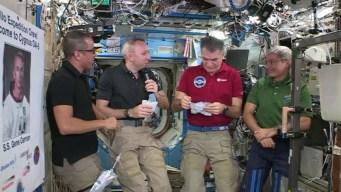Cinco astronautas celebran Acción de Gracias en el espacio