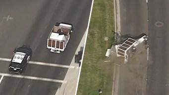 Camión acaba de lado tras persecución en Los Ángeles