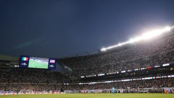 Cae mujer desde lo alto del Soldier Field en la final de Copa Oro