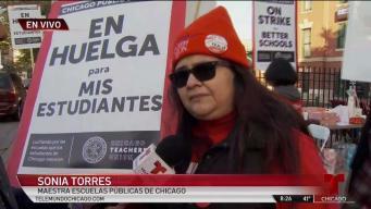 Maestros de Chicago se van a huelga indefinida y toman las calles