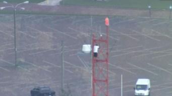 Hombre escala una antena de transmisión de canal en FL