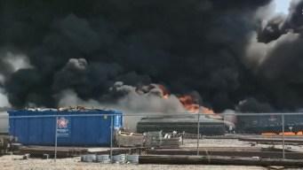 Vagones se salen de la vía del tren y todo explota en llamas