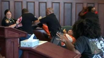 Batalla en corte: se lanzan contra el asesino de su madre