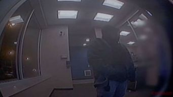 Video capta robo a mano armada en un banco de Chicago