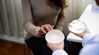 FDA pide detallar peligros ocultos de algunos implantes