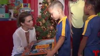 Kany García reparte regalos en Toa Baja