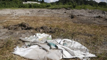 Olor fétido lleva a hallazgo de fosa con restos humanos