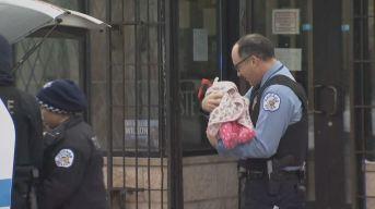 Oficial cuida a bebito durante tenso atrincheramiento