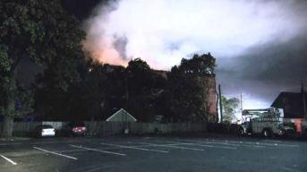 Fuego de tres alarmas destruye histórico templo masónico en Aurora