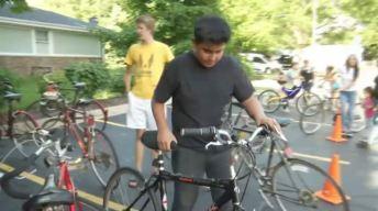 Organización regala bicicletas a jóvenes de recursos limitados