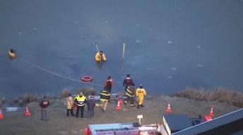 Autoridades realizan búsqueda en estanque congelado