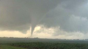 Tornados tocan tierra en IL tras paso de tormentas