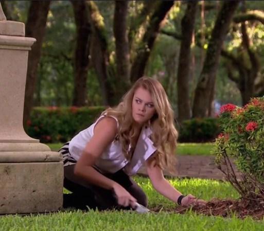 Daniela entierra sus drogas para que su madre no la descubra. Amanda ...