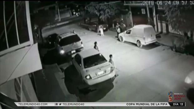En cámara: captan momento en que pistoleros le disparan a dos personas