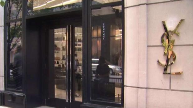 Mujeres roban lujosos bolsos en plena Michigan Ave.