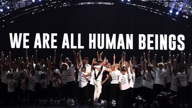 Mensaje proinmigrante resuena en los premios MTV