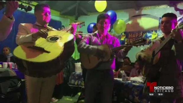 Roban preciada guitarra de un mariachi en La Villita