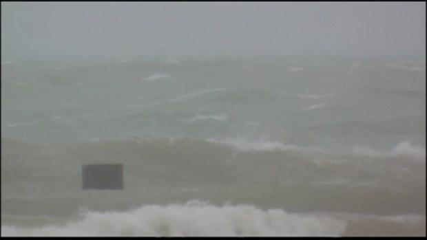 Intenso oleaje tras entrada de tormenta a Chicago