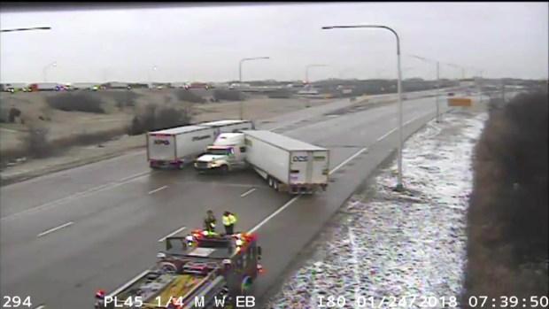 Camiones de carga se resbalan sobre la autopista I-80