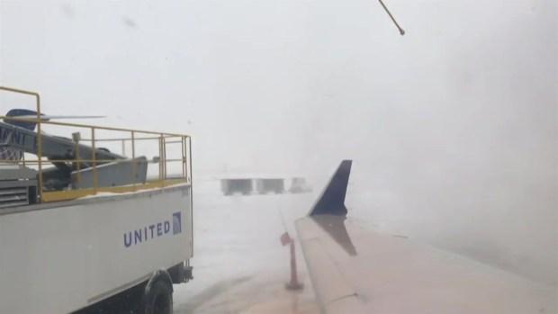 Así se descongela un avión durante una tormenta invernal