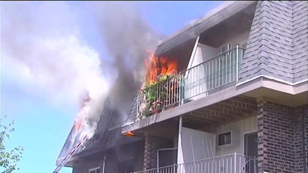 Incendio destruye complejo de apartamentos en Prospect Heights