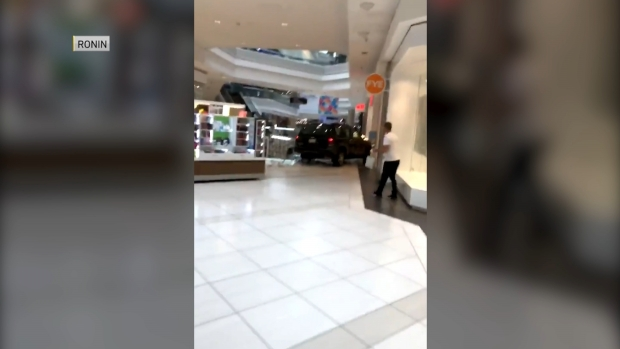 Chofer irrumpe en Woodfield Mall y maneja por los pasillos