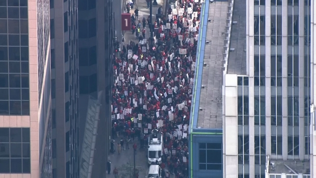 Maestros llevan su lucha a las calles de Chicago