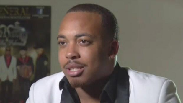 Afroamericano causa sensación al cantar corridos