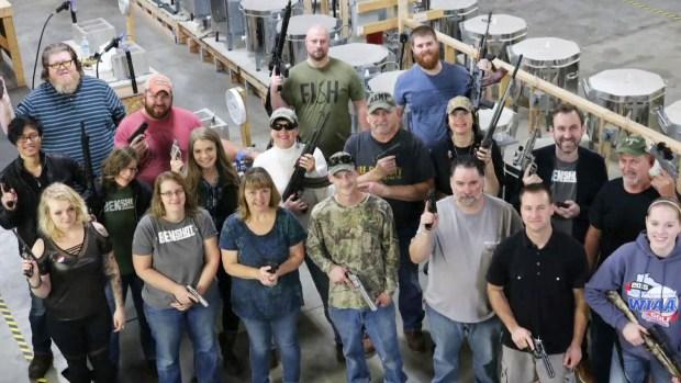 Inusual regalo: compañía da pistolas a sus empleados por Navidad