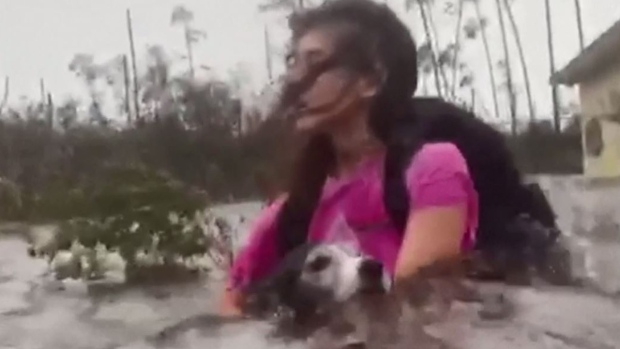 Dramático: luchan con la marejada para rescatar a sus perros