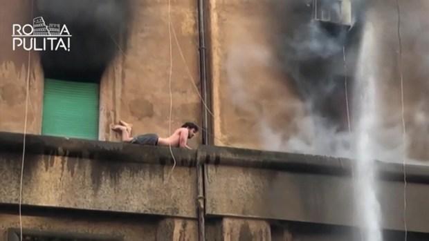 [TLMD - LV] Joven se acuesta en la cornisa para escapar de incendio