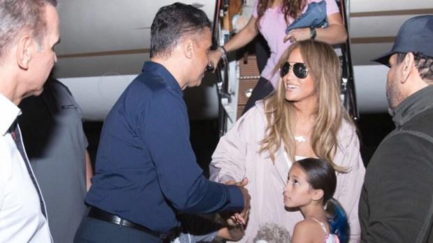 JLo llega acompañada y con mini vestido a República Dominicana