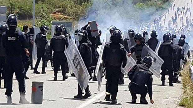 [TLMD - MIA] Policías y maestros se enfrentan en México