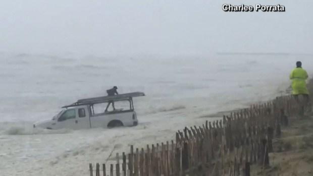 [TLMD - NATL] En video: lucha contra el mar picado por Dorian para rescatar su camioneta
