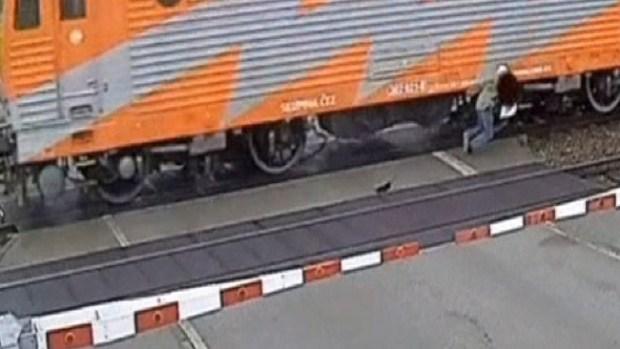 Video: A punto de morir aplastado por un tren