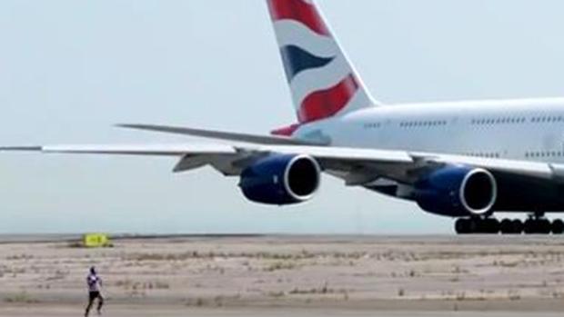 Video: Avión vs. hombre, ¿quién ganó?