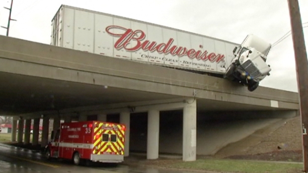 Video: Camión choca y queda colgando