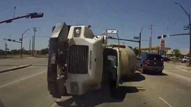 Video: Camión de cemento se va contra auto