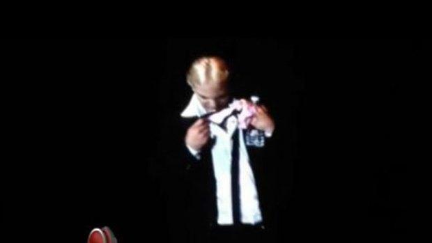 Video: Cristian Castro huele tanga de fan