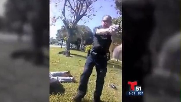 Video: A un paso de pegarle un tiro en la cabeza
