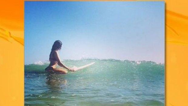 Video: Eiza González calienta las olas surfeando