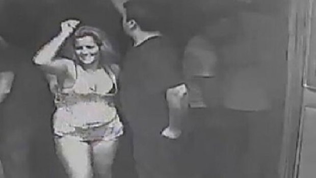 Video: Buscan mujer que enamora y roba