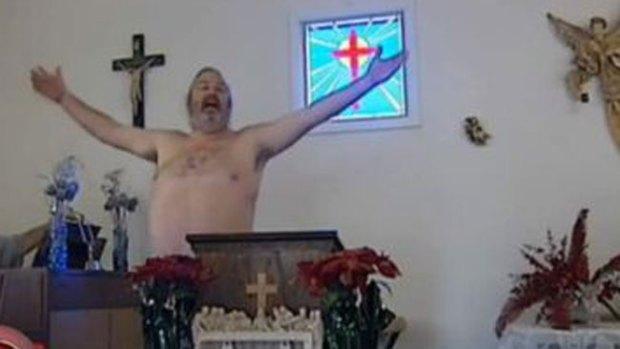 Video: Fieles asisten desnudos a misa