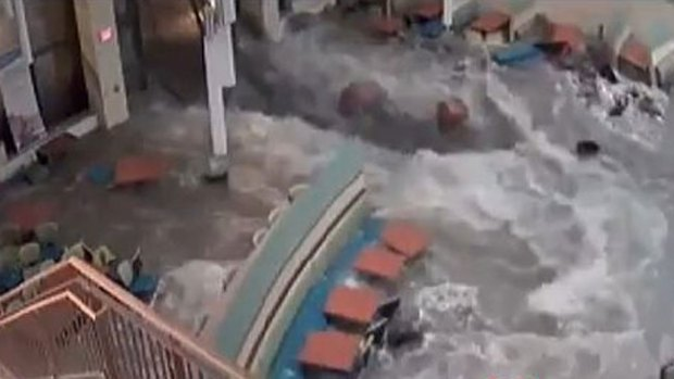 "Video: Torrente se ""traga"" comedor de un hospital"