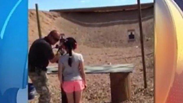 Video: Niña mata a maestro de tiro con una Uzi