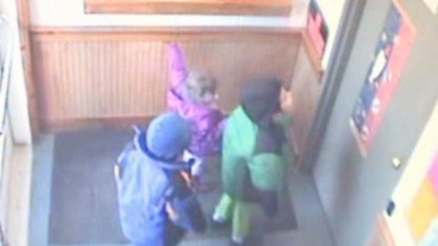 Video: Niños abandonados buscan a la policía