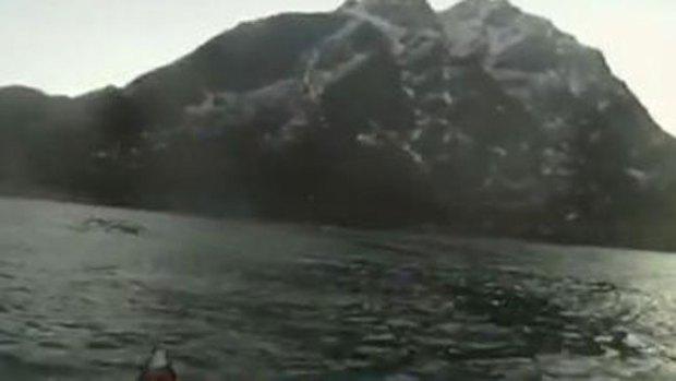 Video: Estremecedor visitante en lago noruego