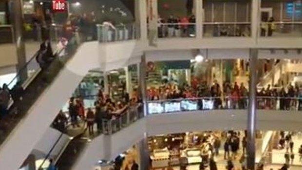 Video: Hombre lanza billetes al aire en un mall