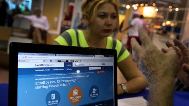 Video: Hispanos dan poco interés a Obamacare