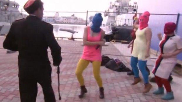 Video: Golpean con látigo a Pussy Riot